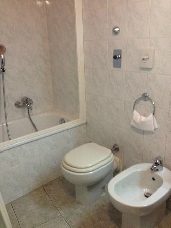 Hotel Atlantic Palace: Spotless bathroom