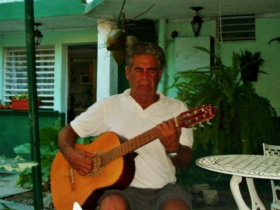 La Casona de Conde : Enrique serenading us after dinner