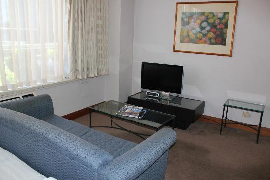 Rydges Melbourne Hotel: King Spa Suite - living area