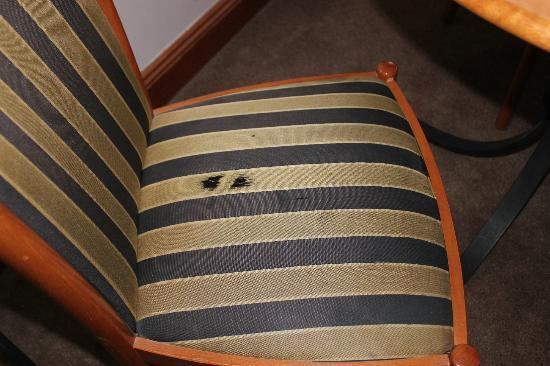 Rydges Melbourne Hotel: Worn chair