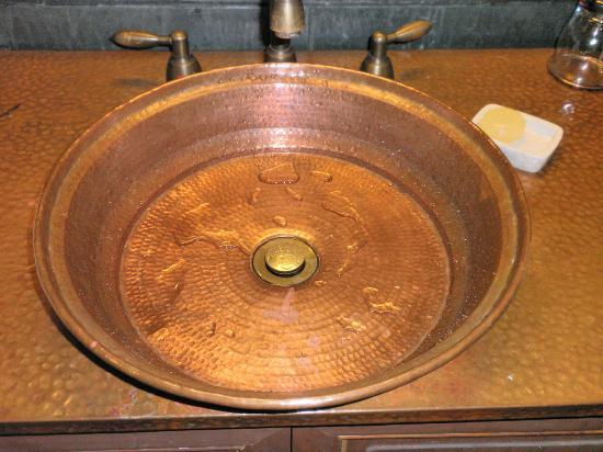 Songtsam Shangri-la (Lugu) Hotel: Unusual bathroom sink
