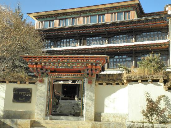 Songtsam Shangri-la (Lugu) Hotel : Hotel front entrance