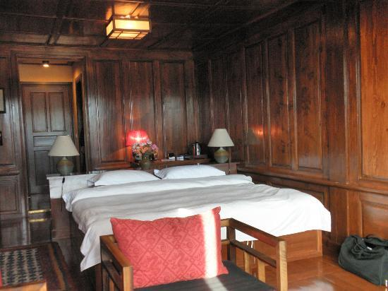 Songtsam Shangri-la (Lugu) Hotel: Wood-panelled bedroom