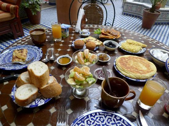 Riad Ahlam: The lavish breakfast served in the beautiful courtyard