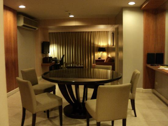 The Linden Suites: 3 bedroom suite dining area