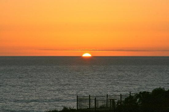 Pismo Lighthouse Suites: Sunset from the play area