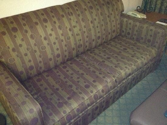 Homewood Suites Orlando/International Drive/Convention Center: Tattered couch