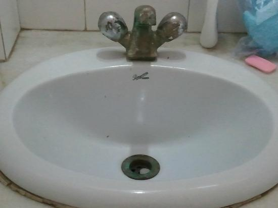 Hotel Sheela Inn: sink had what looked to be buggers and puke from last guest