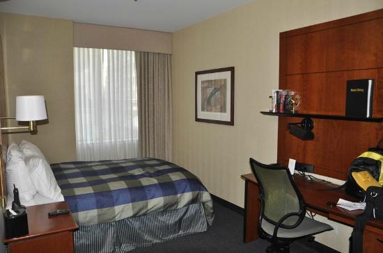Central Loop Hotel: room