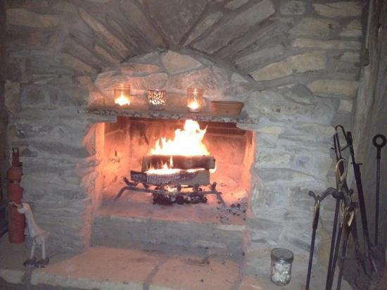 Chanticleer Log Cabin: Relaxing by the fire....separate room from cabin