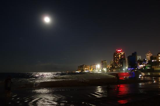 Coral Princess Hotel: Condado beach at night