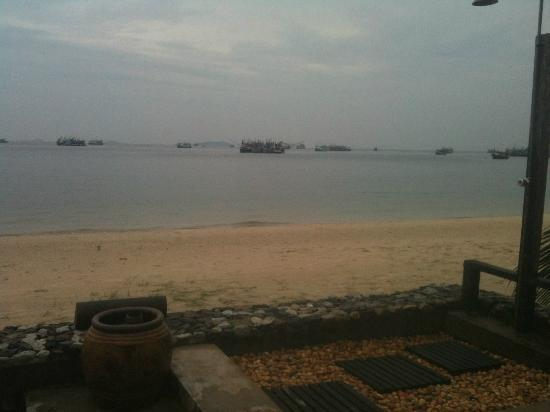 Mooban Talay Resort : Beach in front of hotel with all the fishing boats