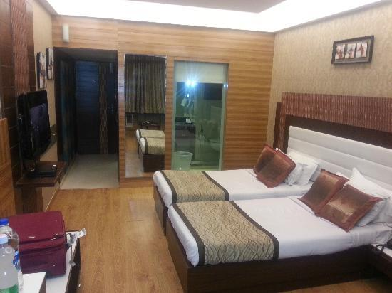 Hotel Classic Chandigarh Room With Twin Beds A View Of The Transparent Bathroom