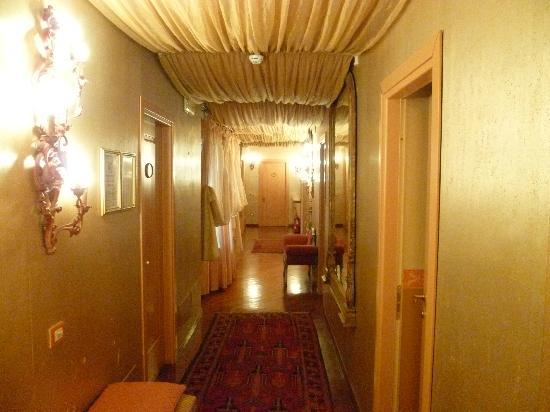 Aurora Hotel: Couloir