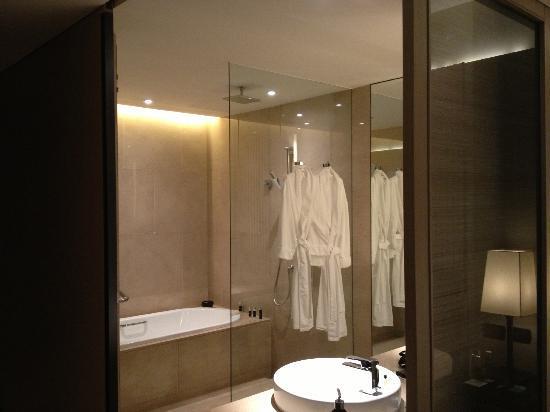 The Okura Prestige Bangkok: Bathroom