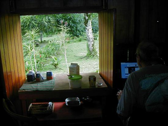 Bella Vista Lodge: Bert manning the pc and returning email.