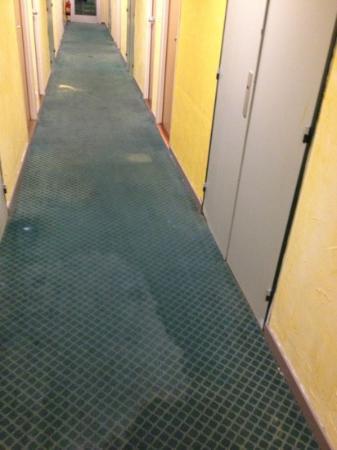 Median Geneve Aeroport : le couloir qui mene aux chambres