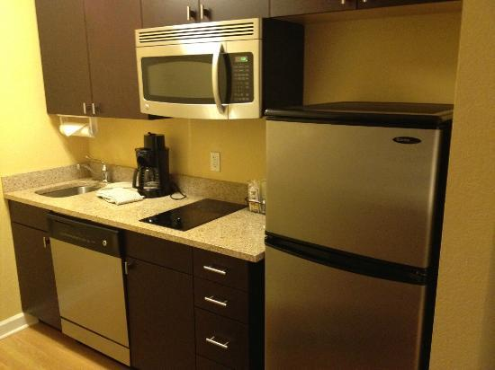 ‪‪TownePlace Suites Albany Downtown / Medical Center‬: Small but efficient kitchen‬