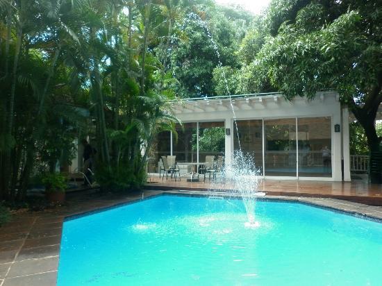 Hotel Villa Morra Suites: Linda pileta cerca del comedor