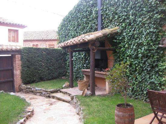 Jardin con parrilla para asar picture of casa rural la for Parrilla para la casa
