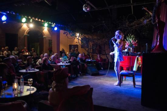 El Piano Rojo: show room