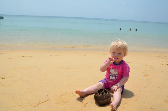 Phuket Island View: vores datter ved stranden lige over for hotellet