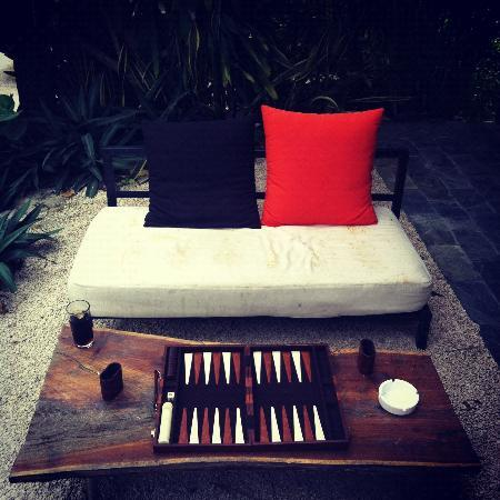 Teetotum Hotel: backgammon on the patio