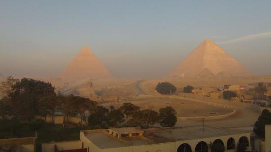 Pyramids View Inn : Morning light brightens up Giza