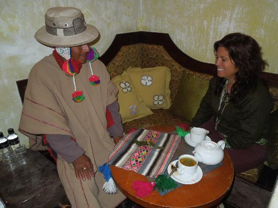 Andean Wings Boutique Hotel: Recieving a Coca Leaf Reading from a Qero.