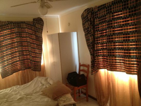 Tavira Garden: Dormitorio con mantas en las ventanas para quitar la luz.