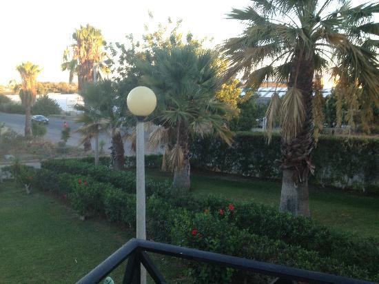 Tavira Garden: Vista desde el balcón hacia la carretera