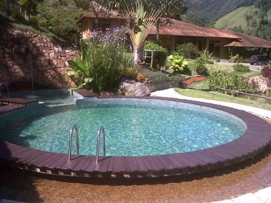 Lumiar, RJ: A piscina é de água natural.