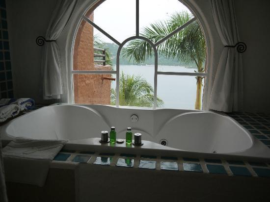 WorldMark Zihuatanejo: Jet tub with separate shower stall.