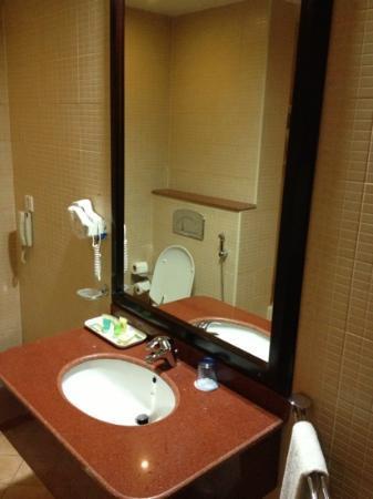 Corp Executive Hotel Doha Suites: الحمام