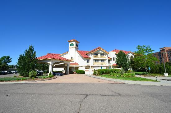 La Quinta Inn & Suites Denver Tech Center: Hotel from the road