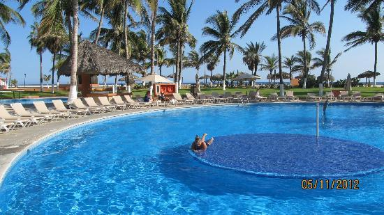Holiday Inn Resort Los Cabos All-Inclusive: the middle pool for swimming and volleyball