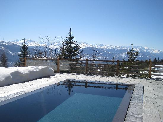 LeCrans Hotel & Spa : Heated pool next to a pile of snow. Genius!