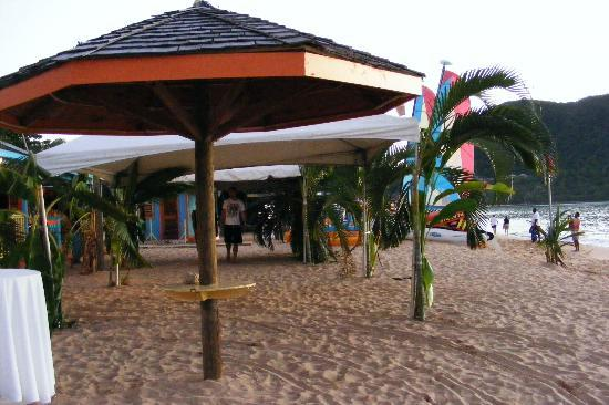 Bay Gardens Beach Resort: Beach 