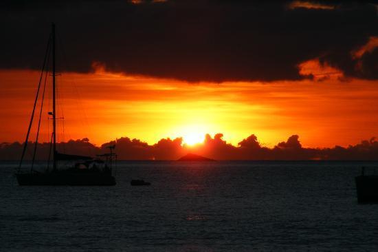 Bay Gardens Beach Resort: Sunset from beach 