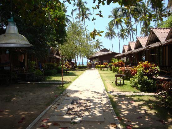 Siam Cottage Bungalows: Дорожка к морю.На горизонте ресторан с достойной кухней.Не только мое мнение.
