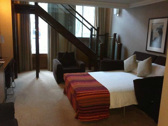 Crowne Plaza London Kensington: Suite 115 bed on ground floor of duplex