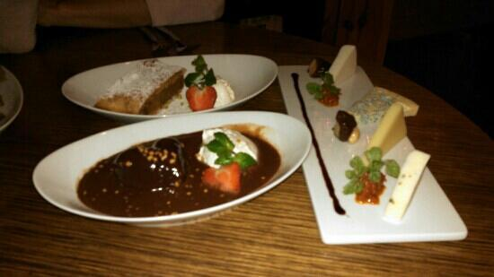 NASCH bei Hilton Vienna Plaza Hotel: 2 dessert choices and a cheese plate.