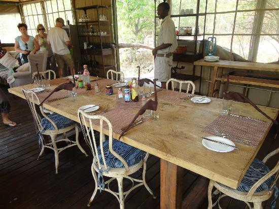 "Moremi Game Reserve, Botsuana: Dining area complete with ""birds"""
