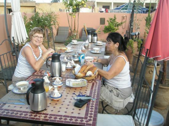 Riad Charme d'Orient: Petit déjeuner sur la terrasse, au mois de novembre...