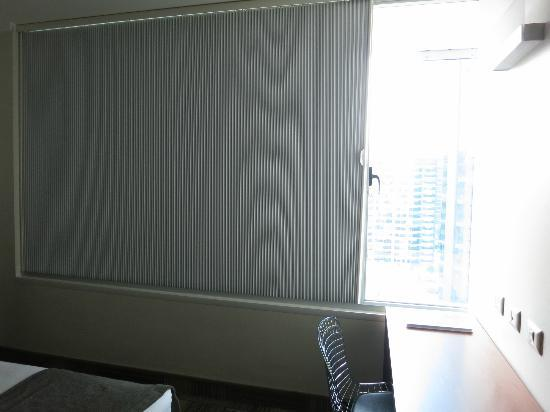 BEST WESTERN PREMIER Marina Las Condes: room shades - not very fancy but effective and fast way to shut out the light