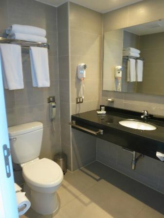 BEST WESTERN PREMIER Marina Las Condes: nice and spacious bathroom - new!