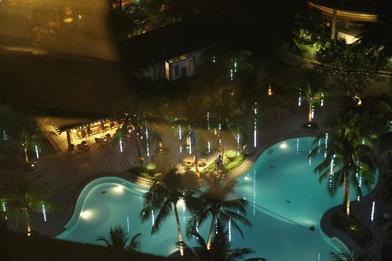 Edsa Shangri-La, Manila: Beautiful pool the ledge cut off much of this photo