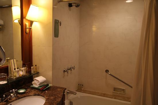 Edsa Shangri-La: bathroom but the photo was cut back