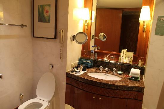 Edsa Shangri-La: Bathroom vanity