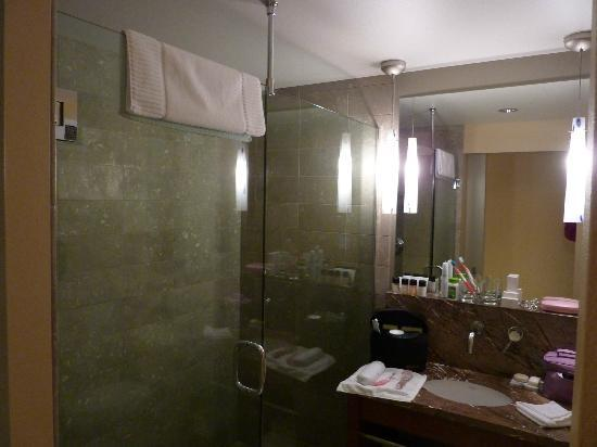 The Heathman Hotel Kirkland: Bathroom - large shower